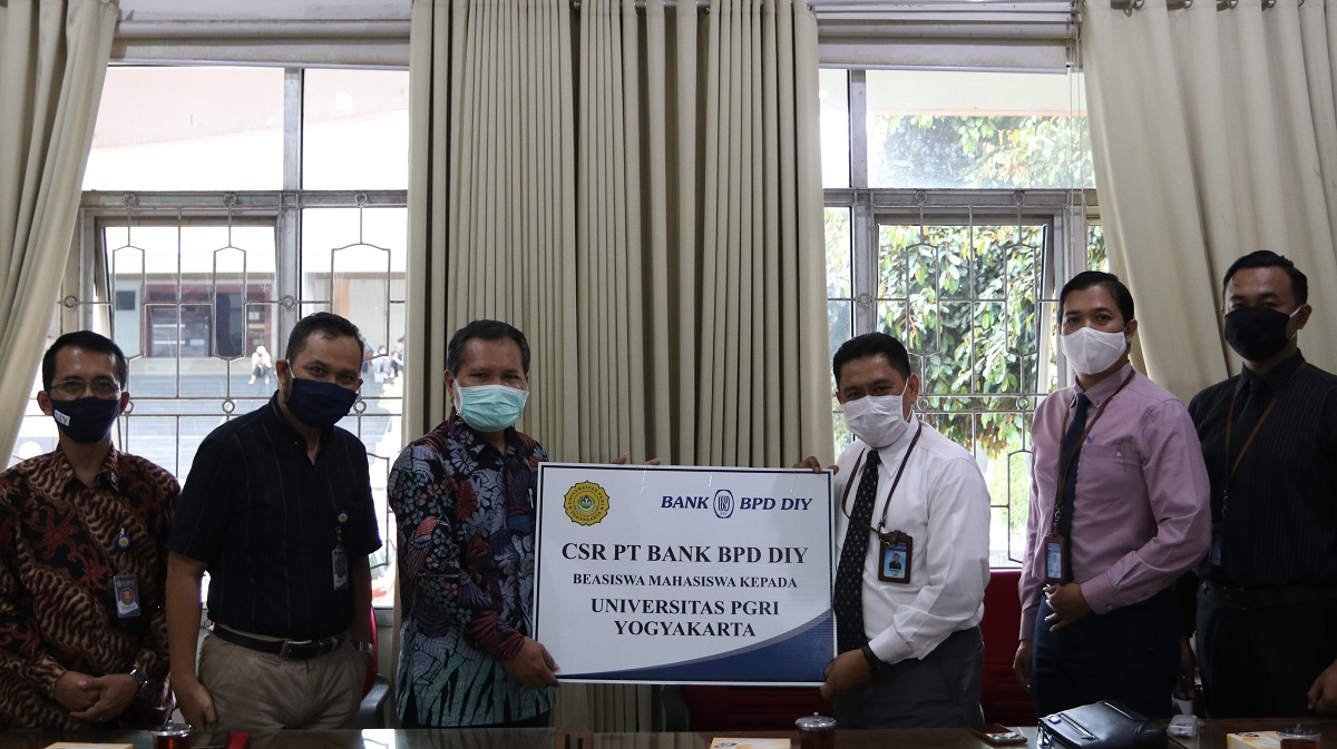 3 Mahasiswa UPY Terima Beasiswa Dari Bank BPD DIY